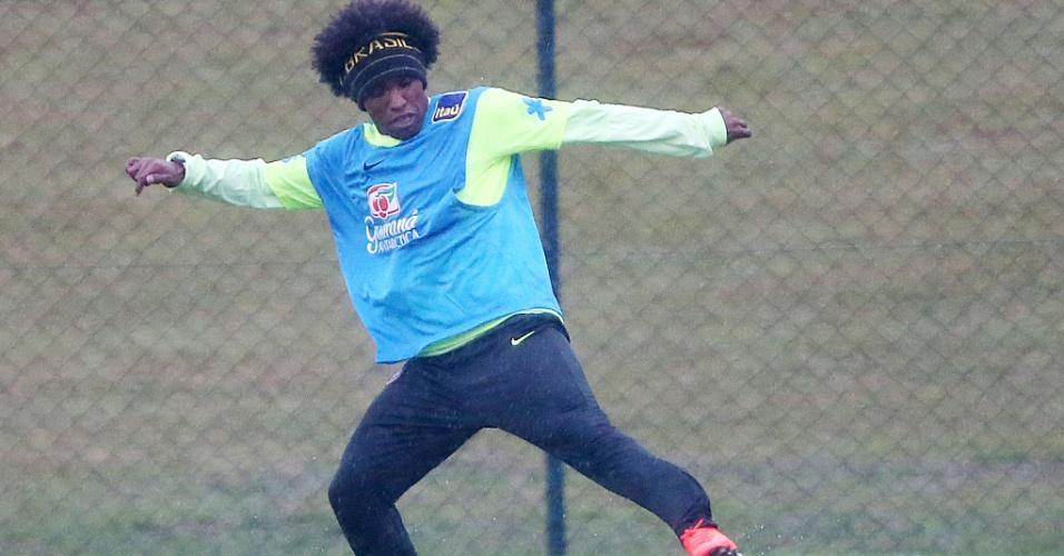 Willian treina com a seleção brasileira na Granja Comary