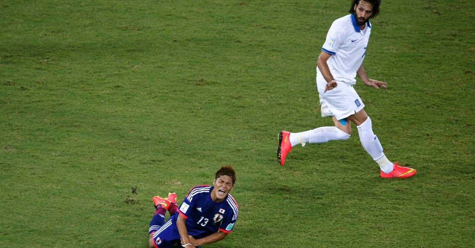 Yoshito Okubo faz cara de dor após receber falta do grego Samaras