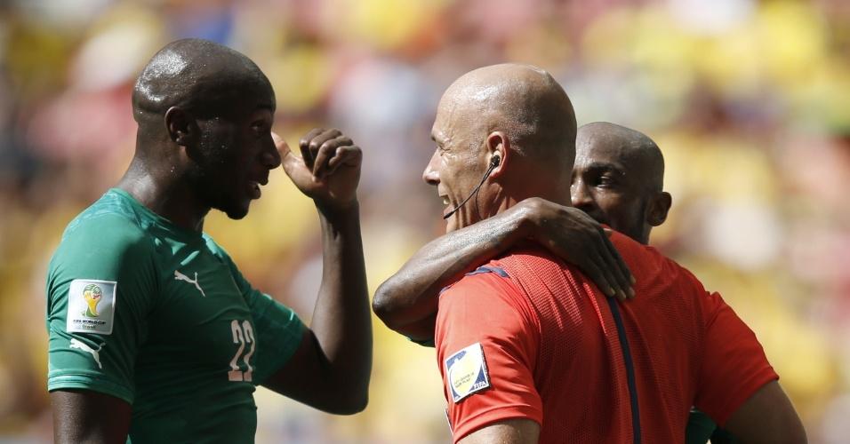 Zokora abraça árbitro Howard Webb para tentar evitar cartão amarelo em partida contra a Colômbia