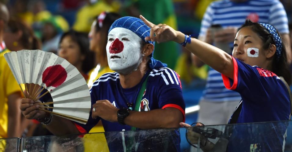 19.jun.2014 - Não podia faltar torcedor japonês com o leque na mão, mesmo com a chuva que caiu durante a partida contra a Grécia na Arena das Dunas