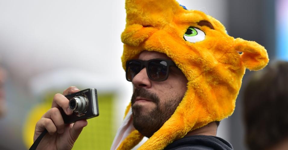 19.jun.2014 - Se alguém achava o Fuleco sumido nesta Copa, acalme-se: ele foi visto no Itaquerão, na partida entre Uruguai e Inglaterra, disfarçado de torcedor