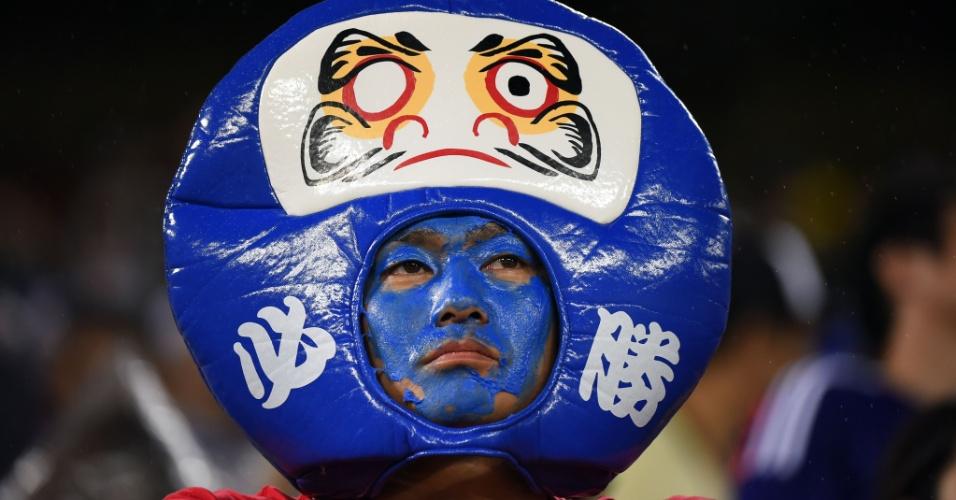 19.jun.2014 - Se este torcedor pediu a classificação do Japão para as oitavas de final da Copa, pelo jeito vai demorar para pintar o olho do daruma...