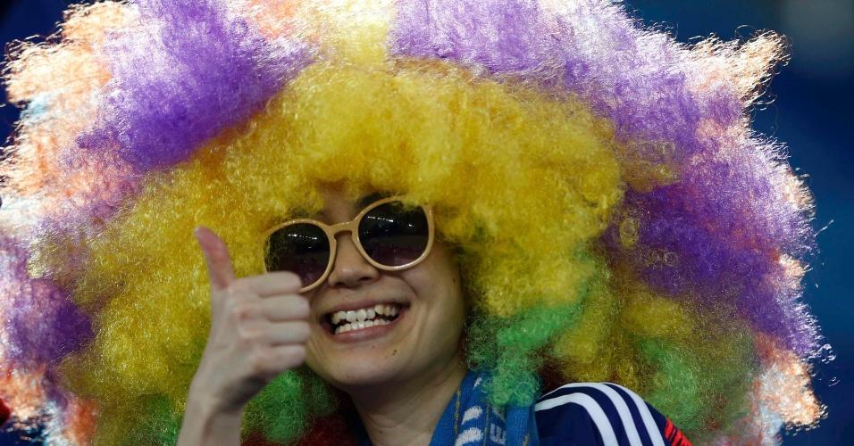 19.jun.2014 - Torcedor japonês exibe uma cabeleira bem discreta durante a partida contra a Grécia
