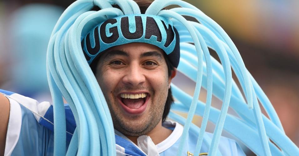19.jun.2014 - Torcedor uruguaio caprichou na chapinha para ostentar uma bela cabeleira azul celeste no Itaquerão