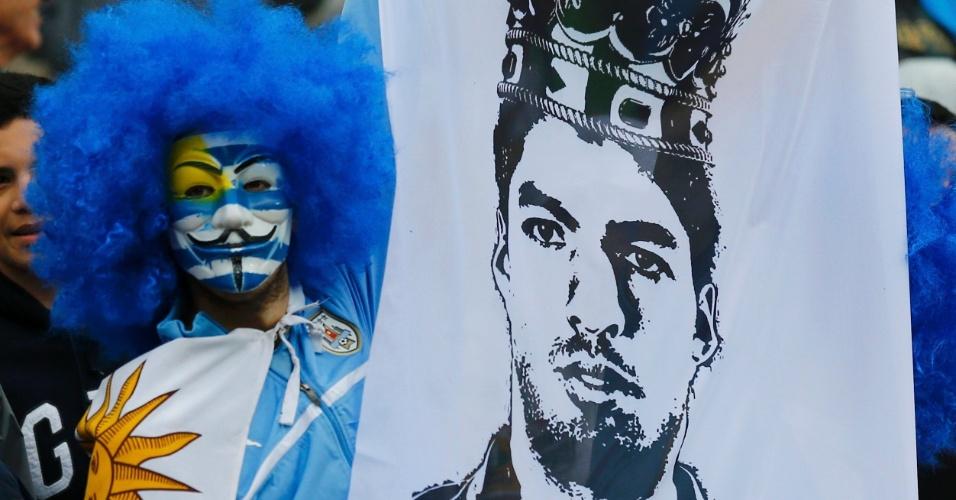 19.jun.2014 - V de Vingança ou L de Luis Suárez? Na dúvida, o Uruguai fica com os dois no Itaquerão