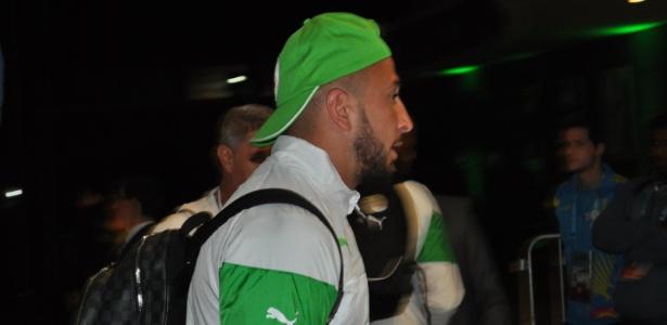 Nabil Ghilas, atacante da Argélia, desembarca em Porto Alegre para jogo de domingo contra Coreia