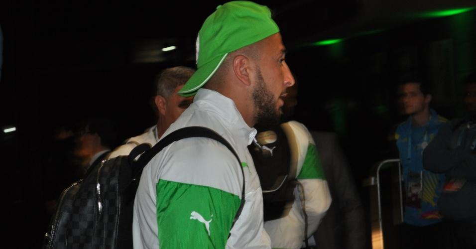 20 jun 2014 - Nabil Ghilas, atacante da Argélia, desembarca em Porto Alegre