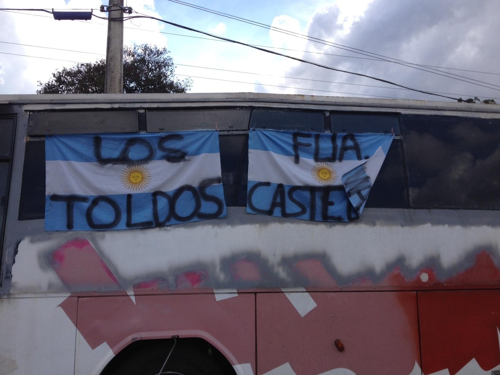 20.jun.2014 - Argentinos se concentram em frente à Cidade do Galo em Vespasiano (MG)