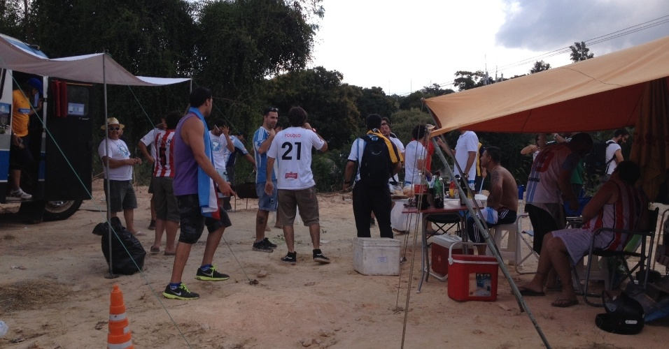 20.jun.2014 - Argentinos se junto em churrasco no meio do acampamento próximo ao CT