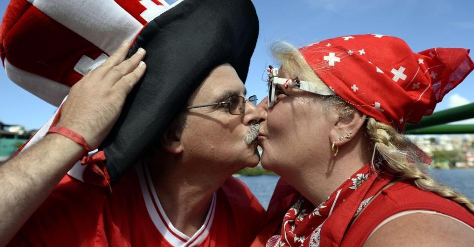20.jun.2014 - Casal de torcedores suíços se beija em Salvador antes de jogo contra a França