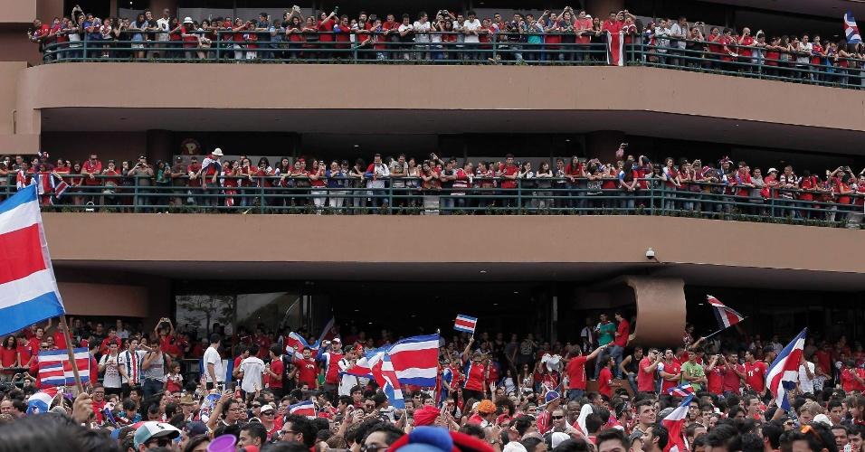 20.jun.2014 - Costarriquenhos lotam rua e varandas de shopping durante festa de comemoração por vitória por 1 a 0 sobre a Itália, em San José