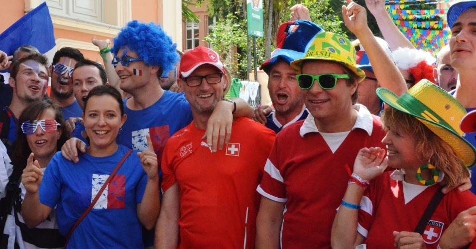 20.jun.2014 - Franceses e suíços se misturam antes de jogo entre as duas seleções em Salvador