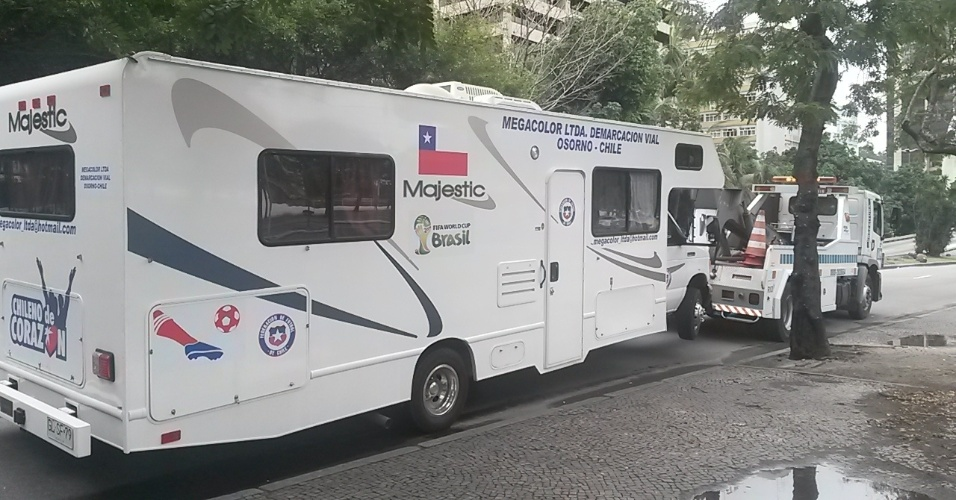 20.jun.2014 - Guincho recolhe motor-home chileno que estava estacionado na orla de Copacabana