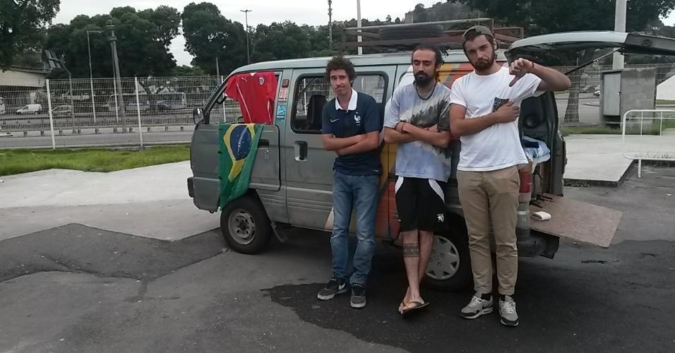 20.jun.2014 - Jovens torcedores ficaram insatisfeitos com as instalações no Terreirão do Samba