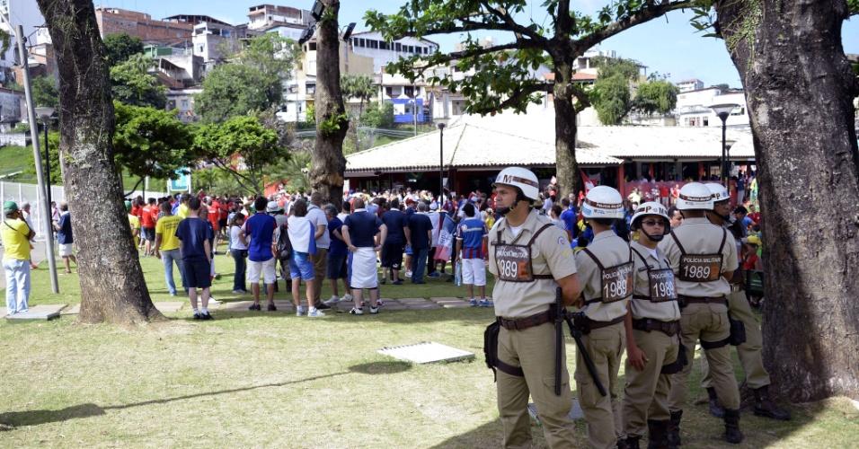 20.jun.2014 - Polícia Militar do lado de fora da Fonte Nova antes do jogo entre França e Suíça