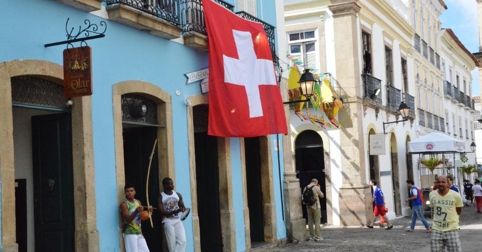 20.jun.2014 - Ruas de Salvador com bandeiras da Suíça antes do jogo de Copa do Mundo