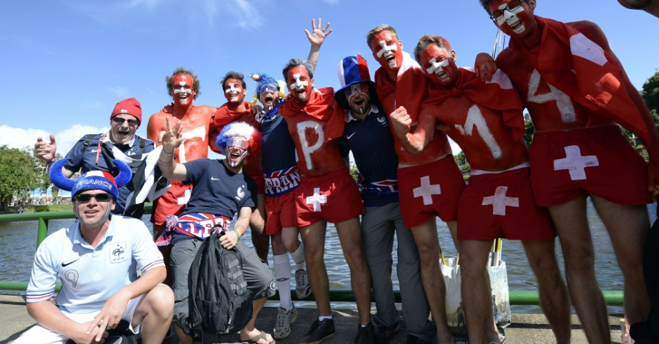 20.jun.2014 - Suíços e franceses se concentram próximos à Fonte Nova antes do jogo entre as duas equipes