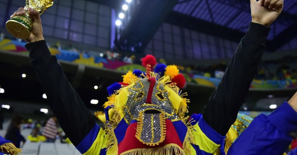 20.jun.2014 - Torcedor do Equador se fantasia e levanta a taça da Copa do Mundo na Arena da Baixada antes do jogo contra Honduras
