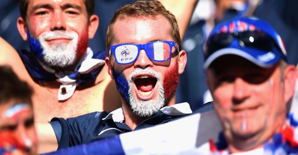 20.jun.2014 - Torcedor pinta a barba com as cores da bandeira francesa na Fonte Nova