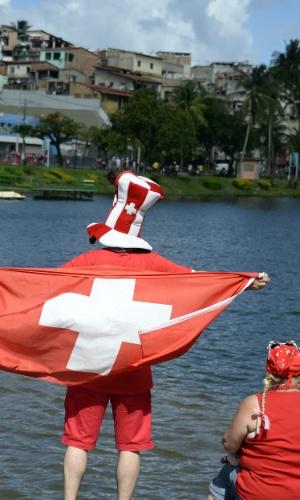 20.jun.2014 - Torcedor suíço exibe bandeira nas proximidades da Fonte Nova antes do jogo contra a França