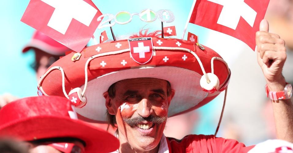 20.jun.2014 - Torcedor suíço ostenta um poderoso bigode e sombreiro para torcer pela Suíça. Será um mexicano infiltrado?