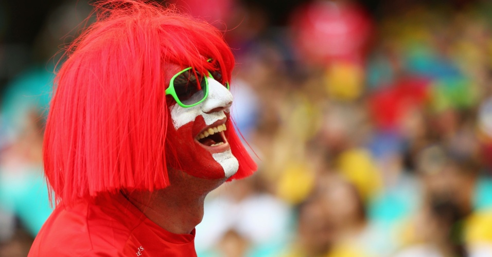 20.jun.2014 - Torcedor usa peruca e pinta o rosto com a bandeira da Suíça antes do jogo contra a França