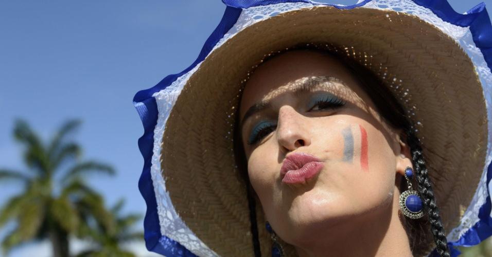 20.jun.2014 - Torcedora francesa manda beijo antes de partida contra a Suíça em Salvador