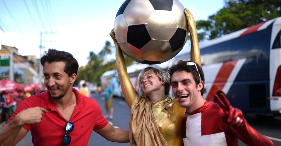 20.jun.2014 - Torcedora se fantasia como taça da Copa do Mundo e posa para foto com suíços