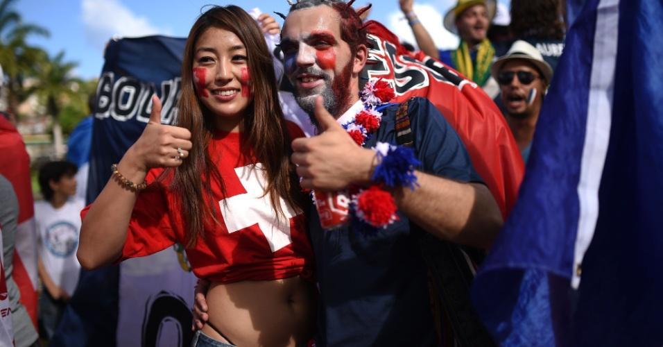 20.jun.2014 - Torcedora suíça posa para foto com francês em Salvador antes de partida entre as duas equipes