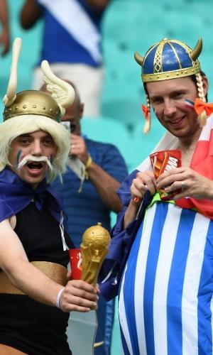 20.jun.2014 - Torcedores fantasiados de Asterix e Obelix torcem pela França na arquibancada da Fonte Nova