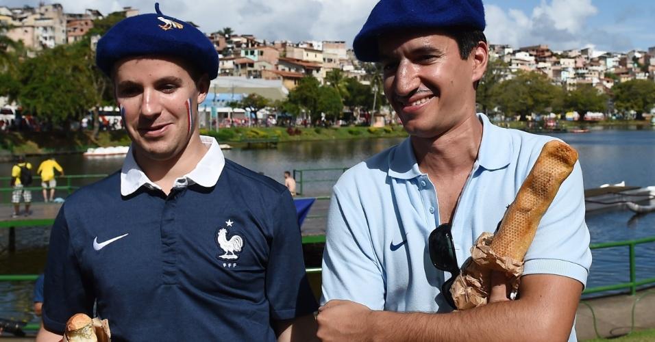 20.jun.2014 - Torcedores franceses com a tradicional baguete antes do início da partida contra a Suíça em Salvador