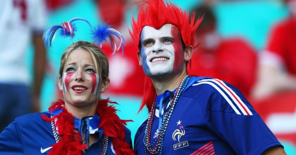 20.jun.2014 - Torcedores franceses na arquibancada da Fonte Nova aguardam início da partida contra a Suíça
