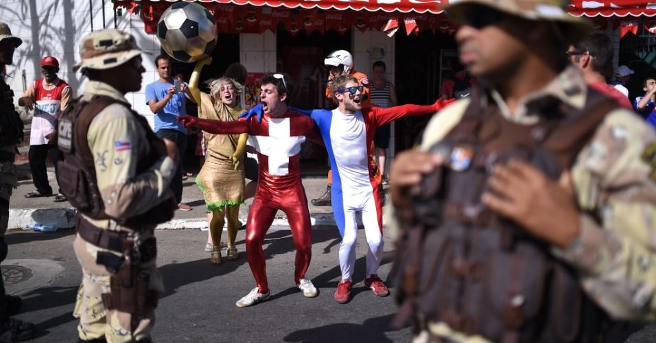 20.jun.2014 - Torcedores suíços e franceses fazem a festa do lado de fora da Fonte Nova