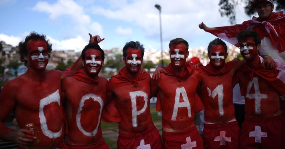 20.jun.2014 - Torcedores suíços formam fantasia conjunta para o jogo contra a França