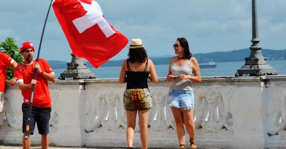 20.jun.2014 - Turistas na orla de Salvador antes do jogo entre Suíça e França
