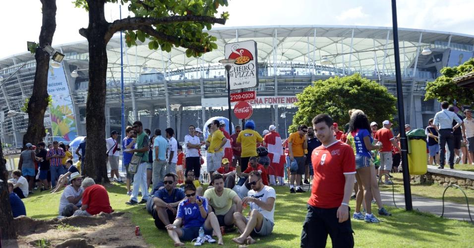 20.jun.2014 - Visão geral da entrada da Fonte Nova, onde franceses e suíços aguardam início da partida entre as duas equipes