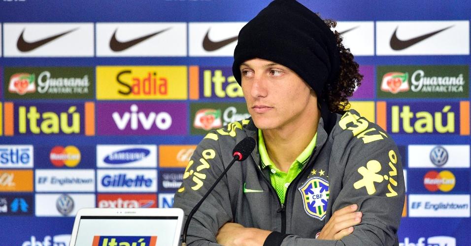 20.jun.2014 - Zagueiro David Luiz fala com os jornalistas nesta sexta-feira