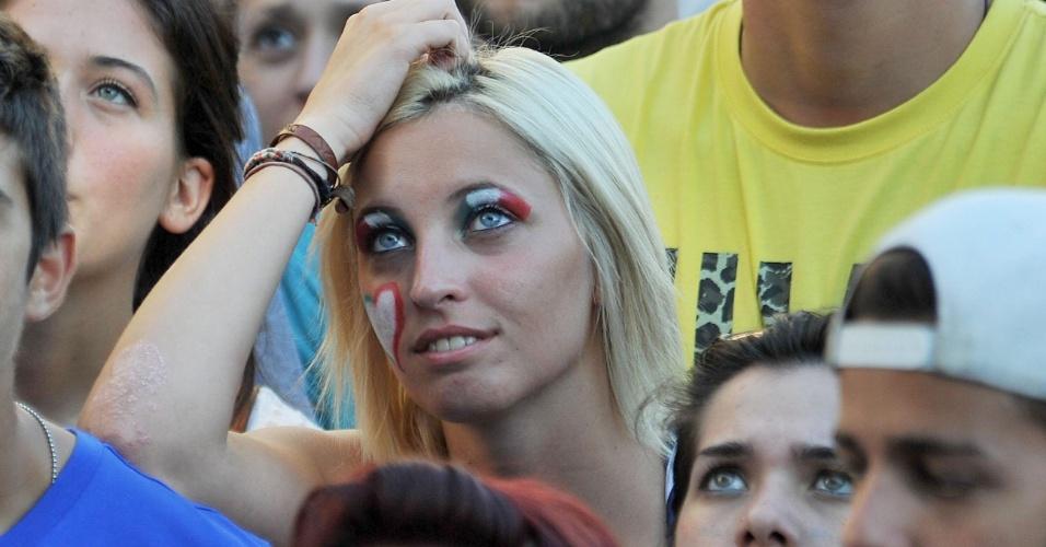 A bela torcedora italiana pintou o rosto para acompanhar o jogo entre Itália e Costa Rica de Turim