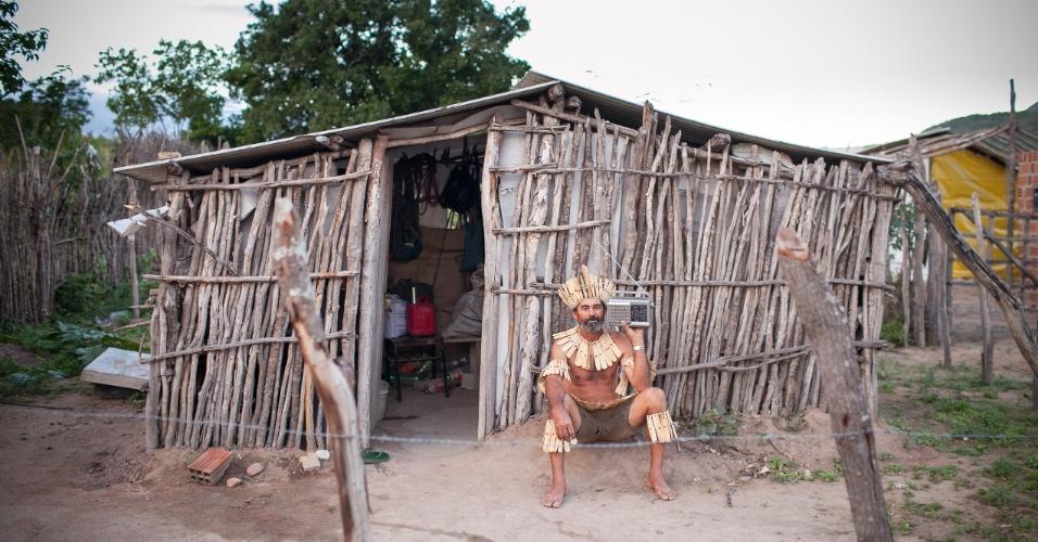 A tribo indígena Xucuru escuta o jogo do Brasil contra o México pelo rádio, pois não tem energia elétrica