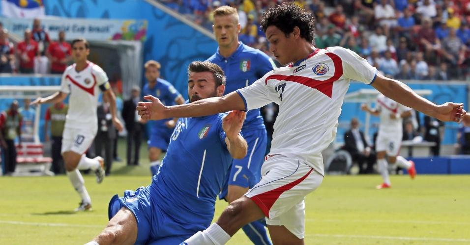 Andrea Barzagli, de carrinho, bloqueia chute de Yeltsin durante partida entre Itália e Costa Rica