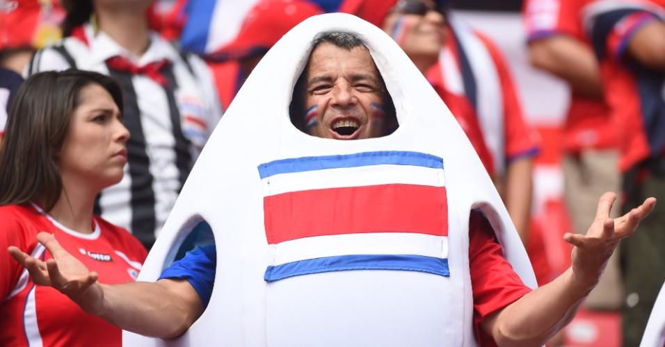 Animado, torcedor da Costa Rica foi ao à Arena Recife fantasiado