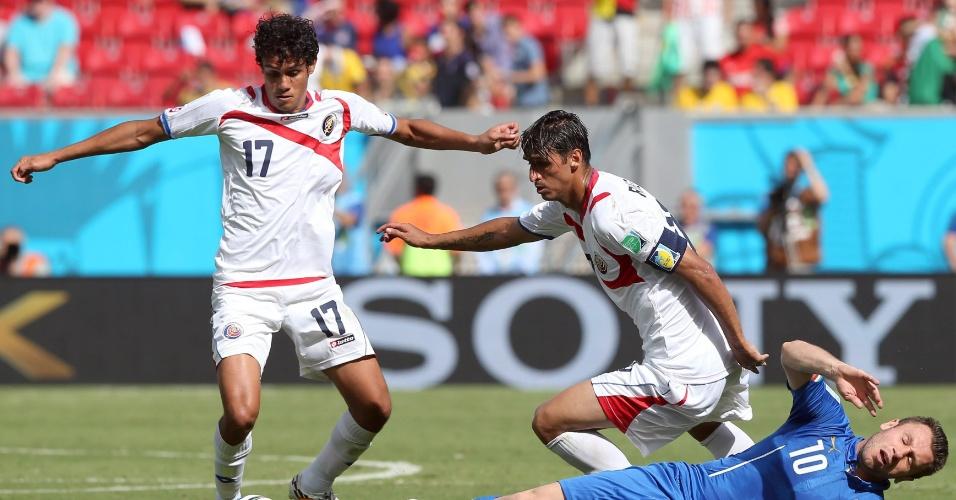 Antonio Cassano fica no chão após disputa de bola com jogadores da Costa Rica