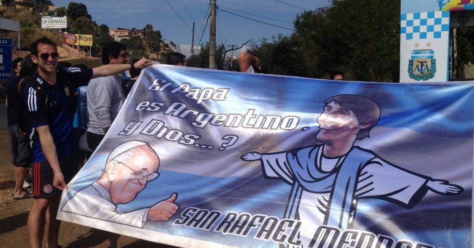 Argentinos oram ao deus Messi e o papa Francisco para conseguir levar o Mundial do Brasil