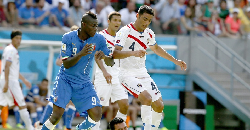Balotelli briga com zagueiros da Costa Rica pela bola
