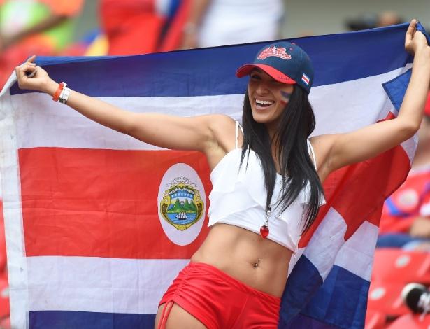Bela torcedora da Costa Rica faz a festa na Arena Pernambuco antes de jogo contra a Itália