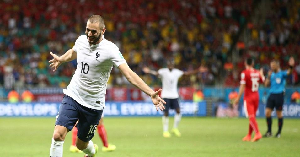 Benzema abre os braços para comemorar o quarto gol da França na Fonte Nova. A seleção venceu a Suíça por 5 a 2