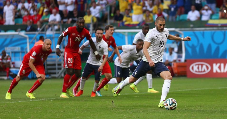 Benzema cobra pênalti para a França, mas goleiro Benaglio faz a defesa e impede o gol do atacante