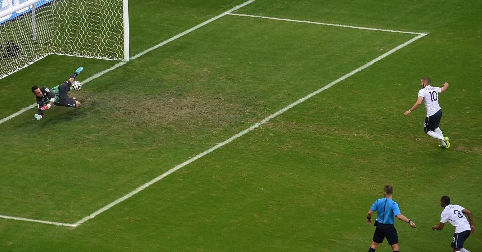 Benzema desperdiça cobrança de pênalti no primeiro tempo do jogo entre Suíça e França