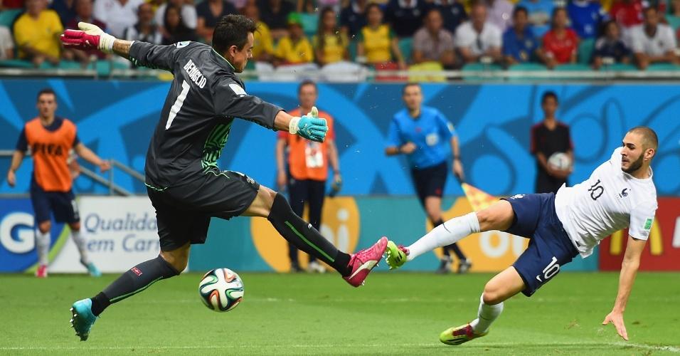 Benzema finaliza para marcar o quarto gol da França contra a Suíça, na vitória por 5 a 2 na Fonte Nova