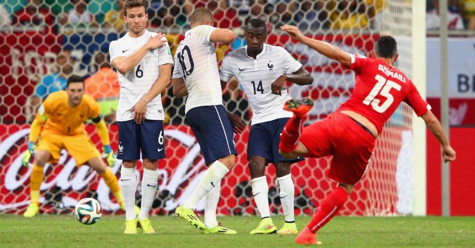 Blerim Dzemaili finaliza e marca o primeiro gol da Suíça contra a França. Os franceses golearam por 5 a 2 na Fonte Nova